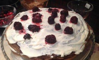 Блинный шоколадный торт с клюквой и ежевикой