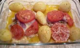 Свинина, запеченая с помидорами и моцареллой