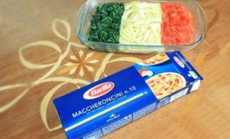 Макароны со шпинатом и помидорами