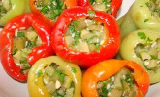 Маринованный перец, фаршированный баклажанами, в томатном соке