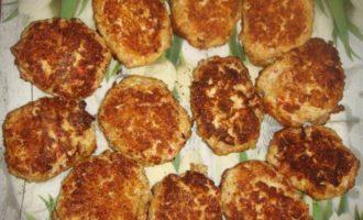 Котлеты из крабовых палочек со сметанным соусом
