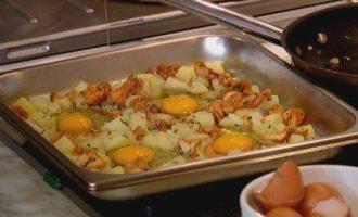 Яйца, запеченные с грибами и картофелем