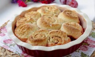 Пирог со сливой и спиральками с корицей