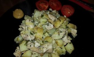 Курица, запеченная с молодым картофелем, луком-пореем и сыром лабне
