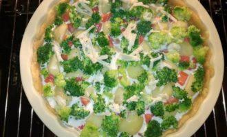 Киш с форелью, картофелем и брокколи
