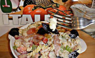 Салат с пастой джирандоле, карпаччо из курицы и овощами