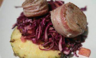 Свиные медальоны с салатом из краснокочанной капусты