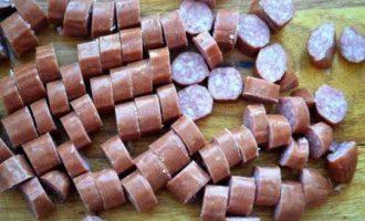 Согревающая чечевичная похлебка с копчеными сосисками