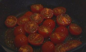 Бараньи ребрышки с баклажанным пюре и помидорами