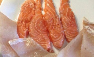 Дуэт из двух видов рыб со спаржей