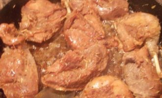 Тушеное утиное мясо с абрикосово-яблочным соусом