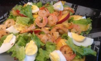 Салат с креветками и нектаринами