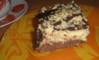 Арахисовый десерт с карамельным кремом и шоколадной глазурью