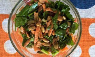 Салат из шпината с тыквенными семечками