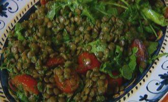 Салат из чечевицы с помидорами черри и сальса верде