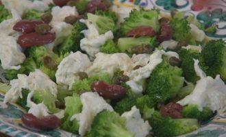 Теплый салат из брокколи, бурраты и чили