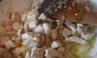 Каннелони, фаршированные курицей и грибами под сливочным соусом