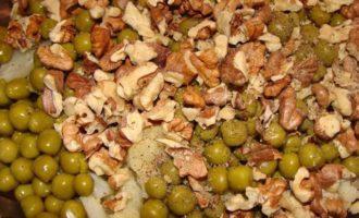 Салат с цветной капустой, горошком и орехами