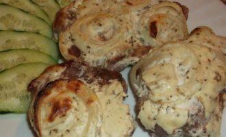Мясо, запеченное в творожном соусе
