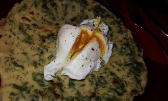 Китайские блинчики с зеленью и яйцо пашот