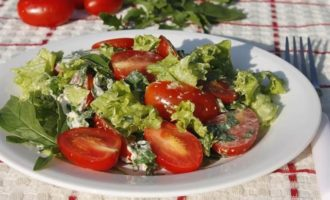 Летний салат с руколой, помидорами и сырной заправкой
