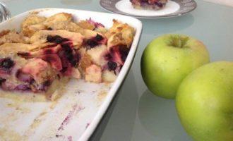 Хлебный пудинг с яблоками и черникой