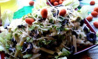 Сырный салат с оливками и авокадо
