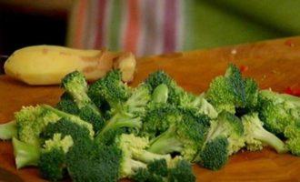 Теплый салат из бурого риса с брокколи и беконом