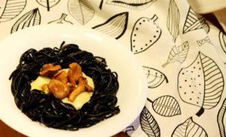 Черная паста с грибами и соусом бешамель
