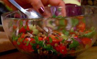 Салат из фасоли, сладкого перца и помидоров черри