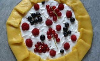 Галета с безе и ягодами