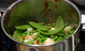 Палтус с зеленым горошком в ананасовом соусе