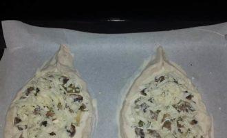 Лодочки из слоеного теста с грибами и сыром
