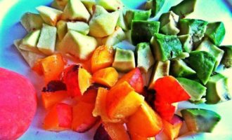 Яблочный густой коктейль с авокадо и персиком