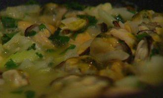 Семга со сливочным соусом из белого вина и мидий