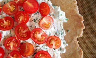 Цельнозерновая галета с томатами, рикоттой и зеленью
