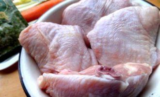 Куриные бёдра с овощами и соусом