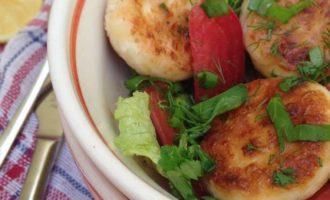 Салат с помидорами и сырниками