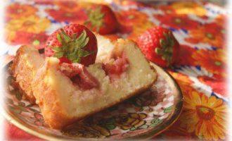 Творожный пирог с лимоном и клубникой