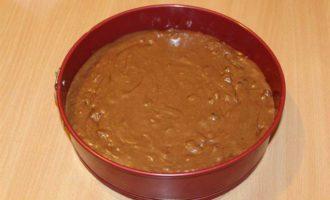 Шоколадный пирог с брусникой и орехами
