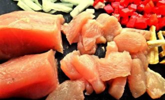 Курица с овощами и ананасом к рису