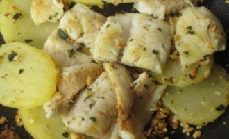 Хек с картофелем и фундуком