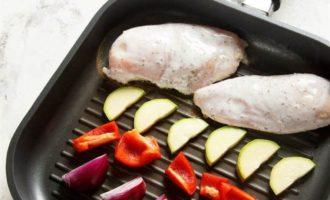 Куриное филе в кефирном маринаде с овощами на гриле