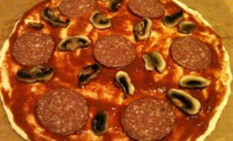 Пицца с копченой колбасой и грибами