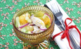 Салат из курицы с сельдереем, апельсином и виноградом