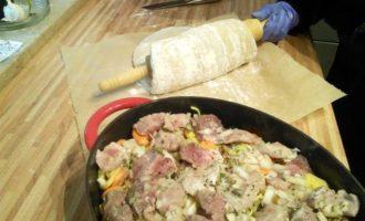 Слоёное рагу из мяса и овощей под хлебной корочкой