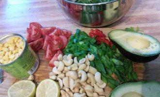 Салат с киноа, курицей и авокадо