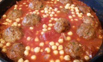 Тефтели в томатном соусе с нутом