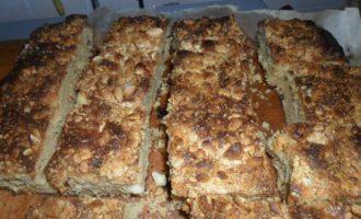 Пирог с изюмом и арахисом