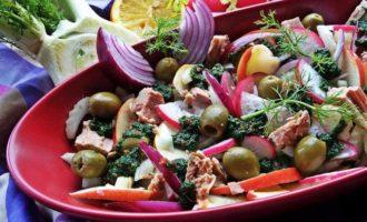 Тунец с овощами и яблоком в шпинатной заправке